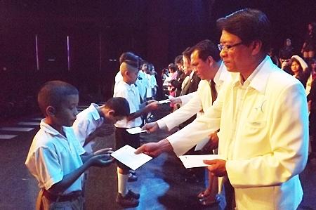 Pattaya Fah Mai awards scholarships to students from 21 schools in Pattaya.
