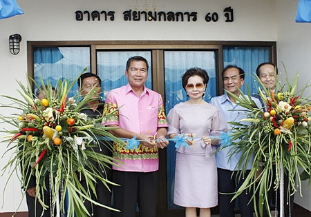 Denchai Sornchai (left) and Pornthiwa Pornprapha cut the ribbon to officially open the new facility.