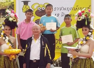 Deputy mayor Wattana Janthaworanan presents medals and certificates to young athletes at the Pattaya School No. 11 Sports Day.