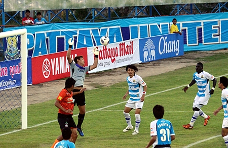Pattaya United keeper Narit makes a save during the first half of the Thai Premier League match against Samut Songkhram FC at the Nongprue Stadium, Saturday, March 17.