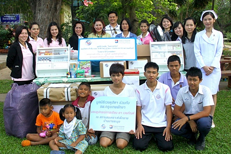 As part of the Wejdusit Foundation project to help underprivileged children, a team from the Bangkok Hospital Pattaya led by Neera Sirisampan, Director of Business Development and International Affairs visited the children of the Banglamung Home for Boys recently where they donated educational materials, medicines and clothes.