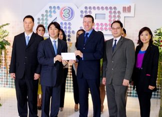 On the occasion of the 42nd anniversary of Thai TV Channel 3, Michael Delargy (centre), GM of Sheraton Pattaya Resort and the hotel management team donated funds towards the purchase of computers for 42 schools in remote areas of Thailand. The generous donation was received by Worawan Maleenont (2nd left), Vice President of Thai TV Channel 3.