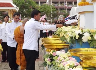 Banglamung District Chief Chaowalit Saeng-Uthai and local monks present sandalwood flowers at the base of an image of the late HRH Bejaratana Rajasuda.