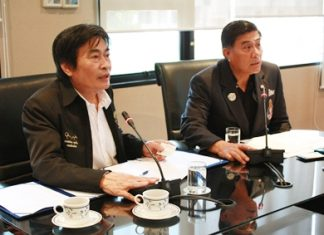 Deputy Mayor Ronakit Ekasingh (left) and Group Captain Veerayuth Didyasarin from the Royal Aeronautic Sports Association of Thailand preside over the Air Sea Land Thailand Open 2012 announcement meeting.