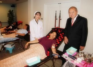 Dusit Thani Pattaya Director of Administration Waran Chalermrithichai encourages employees to donate blood.