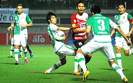 Pattaya United's Anuwat Inyin (2nd left) fires in a shot during the second half of the Thai Premier League match against Bangkok Glass FC at the Leo Stadium in Bangkok, Sunday, April 1. (Photo/Ariyawat Nuamsawat/Pattaya United FC)