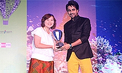 "Ayushman Khurana presents the ""Best Value Destination (International)"" award to Ms. Suladda Sarutilavan, Assistant Director of Tourism Authority of Thailand, Mumbai."