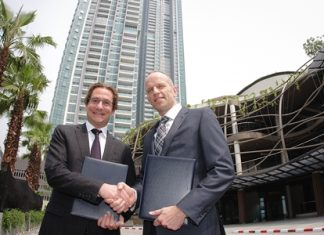Hubert Viriot, left, Raimon Land Chief Executive Officer, and Tjeert Kwant, Chief Executive Officer of ECC, ink the management agreement for VUE, Thonburi's first boutique fusion mall.