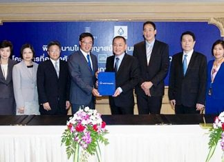 Bangkok Bank's Senior Executive Vice President Chansak Fuangfu (4th from right) and Executive Vice President Rushda Theeratharathorn (2nd from left), along with Sansiri's Chief Executive Officer Apichart Chutrakul (4th from left) and President Srettha Thavisin (3rd from right) have signed a loan agreement valued at Baht 1.5 billion. The funds will be used to develop three residential projects including 'SARI Sukhumvit 64', an 8-storey condominium project with two buildings totaling 192 units, 'The Base Rama 9-Ramkhamhaeng', a 35-storey condominium totaling 923 units, and 'Town Avenue Rama 2 Soi 30', a 5-metre wide frontage townhouse project with public space of 170m2 totaling 120 units. The three projects have already received strong interest and attention from customers.