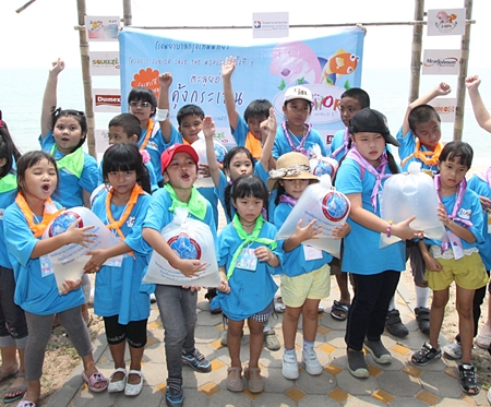 Bangkok Hospital Pattaya held a Junior Save the World Year 3 'Wading Aoh Khung Kraben', inviting over 30 Junior Chivawattana family members to join the program. The fun at Aoh Khung Kraben in Chantaburi province included releasing shrimps into the sea, studying the mangrove forest and educating the children on the importance of the maintenance of nature and environment.