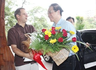 Andre Brulhart (left), GM of Centara Grand Mirage Beach Resort, Pattaya welcomes Liu Shiyu (right), deputy governor of the People's Bank of China (PBC) during his visit to the resort recently.