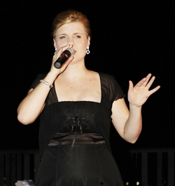 Austrian Jazz singer Simone Kopmajer highlighted the night with her brilliant voice.