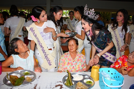 Contestants treat residents of the Banglamung Home for the Elderly to a delicious lunch.