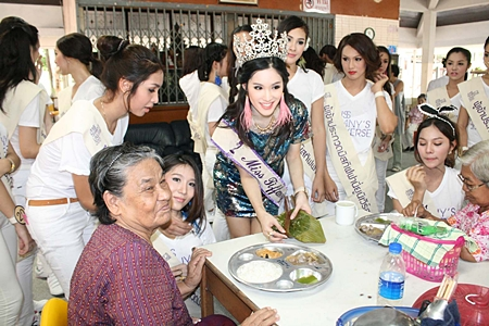 Sammy Sripassorn Akhayakorn (center), Miss Tiffany Universe 2011 and Miss International Queen 2011, visits Banglamung Home for the Elderly.