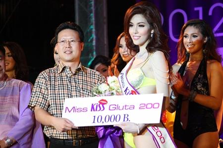 Piya Kittitheepornchai, general manager of Kiss Gluta products, presents the Miss Kiss Gluta award to Nisamnee Leetworapong.