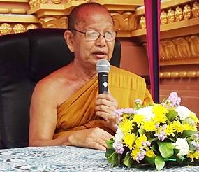 Banglamung Deputy Dean of Monks Phipitkijjarak performs the funeral rites.
