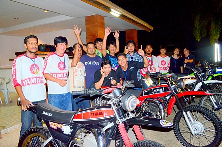 Sithipong Wuthisaekkrit (2nd left) and club members cheer on the Singh Sam-ang MC's 3rd Anniversary.