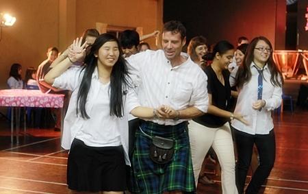 Mr. Andrew Gordon leads the Scottish dance.