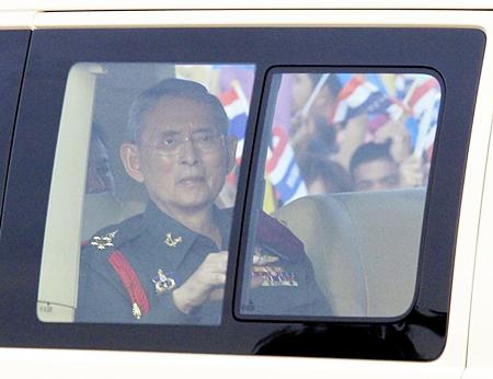 HM King Bhumibol Adulyadej arrives at a rice field in Ayutthaya province, central Thailand Friday, May 25. (AP Photo)
