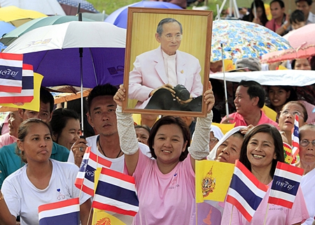 Thai residents cheer as the motorcade of HM the King passes in Ayutthaya. (AP Photo)