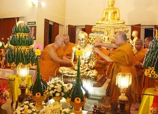 Monks pay homage to Luang Por Ee, the abbot of Sattahip Temple until 1946.