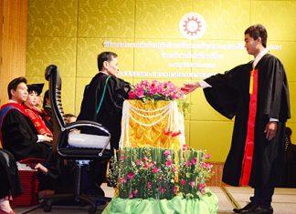 Pattaya Mail reporter Vittaya Yoondorn receives his higher vocational education certificate from Chonburi Primary Educational Service Region 3 Director Weerapong Dechbun.