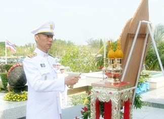 Gov. Khomsan Ekachai lights candles and incense at the alter to remember HM King Naresuan.