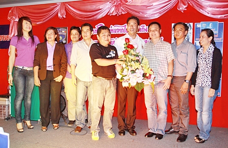A reception was held at the Jomtien Garden Resort to welcome Pol. Col. Chaiyot Varakjunkiat, Chonburi Immigrant Police superintendent to his new posting in Pattaya recently. Amongst the dignitaries at the function were Sombut Pinyasiri (5th left), assistant manager of the Pattaya United FC and Itthiphol Kunplome (center), acting mayor of Pattaya City.