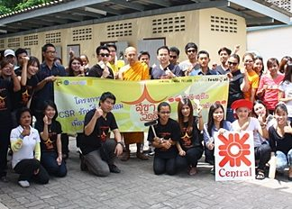 Continuing on their Corporate Social Responsibilities (CSR) projects, Sarun Tuntijumnun, GM of the Central Festival Pattaya Beach and Thonawat Nhuwet, merchandising manager of Central Co., Pattaya branch along with employees of the Holiday Inn Pattaya lead a team of volunteers to clean and repair sections of the Wat Buddhiwararam temple recently.