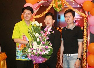 Porames Ngampichet (left), MP of Region 7 Chonburi attended a party at the J.A. Villa to extend his congratulations to Thonazup Noisa-ad (centre), editor of Khao Ded paper, on the auspicious occasion of their 10th anniversary.