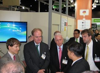 Dr. Ingo Winkelmann (2nd left) and Karl Heinz Heckhausen, president of the Thai-German Chamber (3rd from left) answer questions from interested visitors.