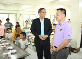 Chonburi Immigration Police Commissioner Col. Chaiyot Varakjunkiat chats with orphanage director, Rev. Michael Veera Phangrak.