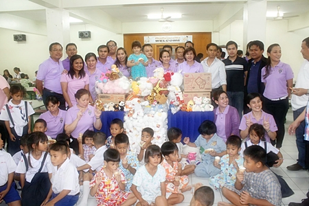 Chonburi Immigration officers, children and orphanage staff gather for a group photo during the presentation.
