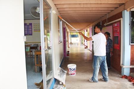 Marriott staff renovate the dharma room at Mabprachan School.
