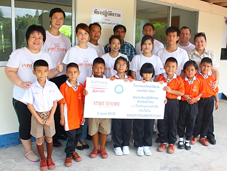 Marriott Resort & Spa Pattaya staff pose for a group photo with children at the school.