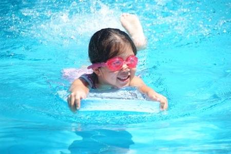 Year 1 having lots of fun in the pool.