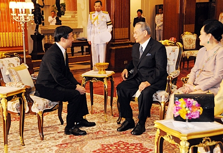 HM King Bhumibol Adulyadej the Great and HM Queen Sirikit grant Crown Prince Naruhito of Japan an audience at their palace in Bangkok on Monday during the prince's official visit to Thailand. HM the King also graciously held a private dinner for Prince Naruhito, who was in Thailand until Wednesday. (Photo ANN / Courtesy of The Royal Household Bureau)
