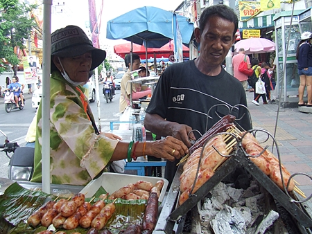 Sausage vendors Sompong (surname unknown) and his wife would like to ask the government to try to keep control of rising fresh food prices.