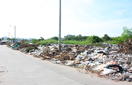 The pile of trash keeps getting bigger on Soi Chularat near the Pattaya Indoor Sports Arena, where thoughtless residents are polluting their own environment by carelessly tossing trash into vacant lots whilst expecting others to pick up after them.