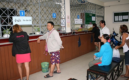 Customers visit Pattaya Pawn Shop only to learn it has temporarily run out of cash.