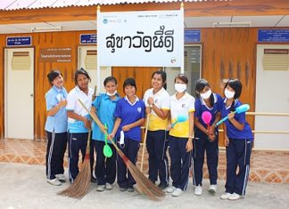 Students from Banglamung Vocational College are having fun getting out of the classroom to help clean up Wat Nong Or.