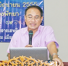 Disaster department head Kobchai Boonorana teaches volunteer youths about the evils of drugs.