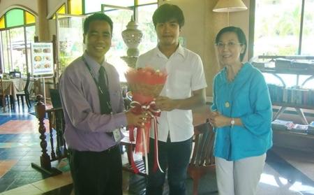 Tonut Thongdee and Radchada Toy Chomjinda (center and right) thank Komsan Sisam (left), GM of the Diana Garden Resort.