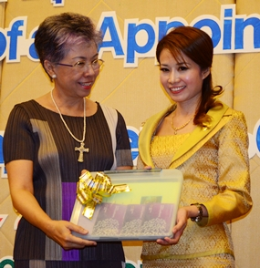 Praichit (right) after receiving her insignias from Thailand president, Prof. Dr. Janjira Wongkhomthong.