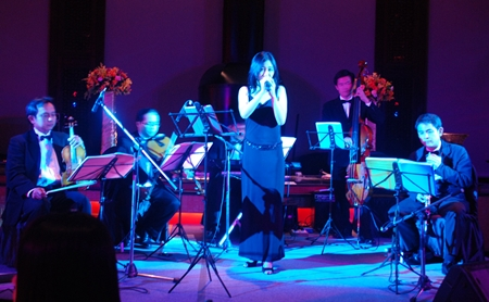 Vocalist Kaewkan Chuenpennit performs, backed by members of the Bangkok Symphony Orchestra.