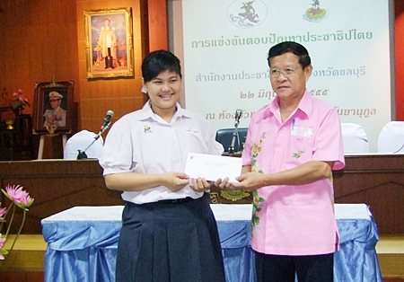 Thittirat Sritheerawiroj from the Chonburi Public Relation Department awards one of the winners.