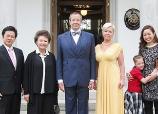 (L to R) Dr. Virachai Techavijit (honorary consul general of the Republic of Estonia in Bangkok & chairman of the Regent's Schools), Thiphavan Techavijit (board director of the Regent's Schools), H.E. Toomas Hendrick Ilves (President of the Republic of Estonia), Mrs. Evelin Ilves (First Lady of The Republic of Estonia), Kadri Ilves (President's daughter), Miss Kwanshanok Techavijit (board director, the Regent's School).