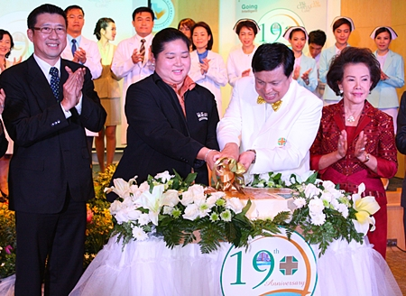 Cultural Minister Sukumol Kunplome (2nd left) helps cut the birthday cake to celebrate the 19th anniversary of Samitivej Sriracha Hospital with Nopadol Nopkhun, director of Samitivej Sriracha (2nd right).