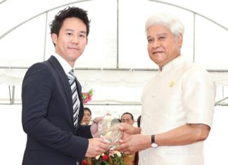 Deputy Prime Minister and Ministry of Interior, H.E. Yongyuth Wichaidit (right) presents the Plaque of Honor to Royal Cliff Hotels Group Executive Director Vitanart Vathanakul (left).