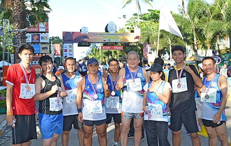 Waran Chalermrithichai (4th right), Director of Administration of the Dusit Thani Pattaya gives the thumbs up as his team of runners received their medals in appreciation for their participation in the Pattaya King's Cup Marathon recently.